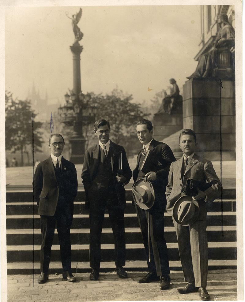 Na međunarodnom kongresu socijalne politike u Pragu, 1924. godine, Dragoljub Jovanović, Miloš Đ.Popović, Božidar Adžija i Sreten Kuželj