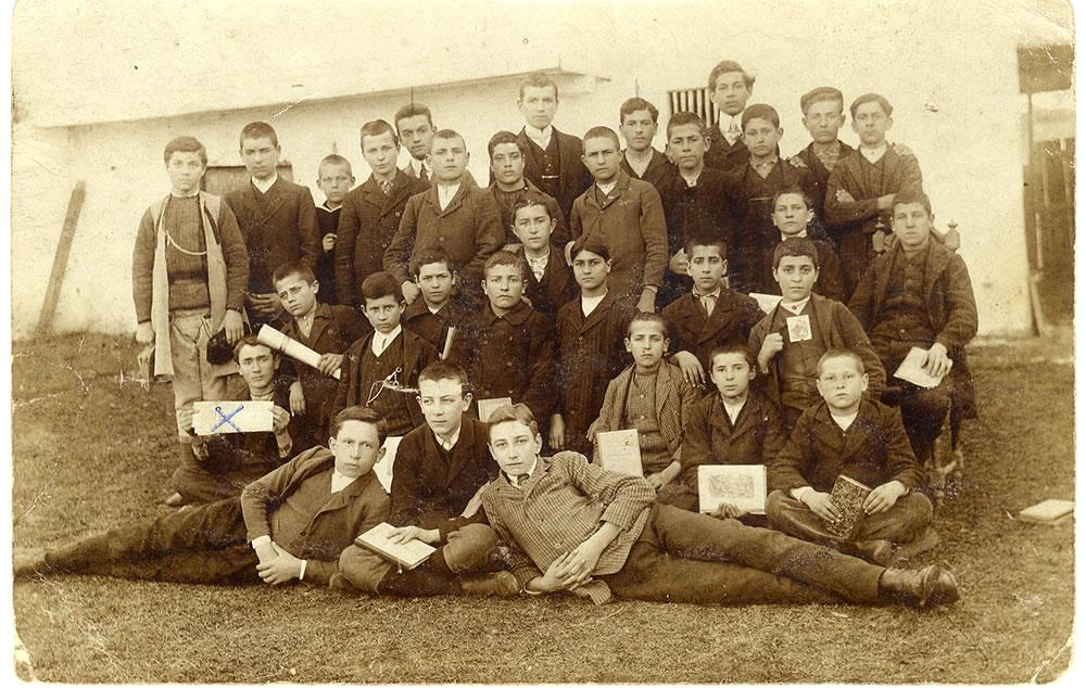 IV razred Pirotske gimnazije 1910 drugi red prvi s leva