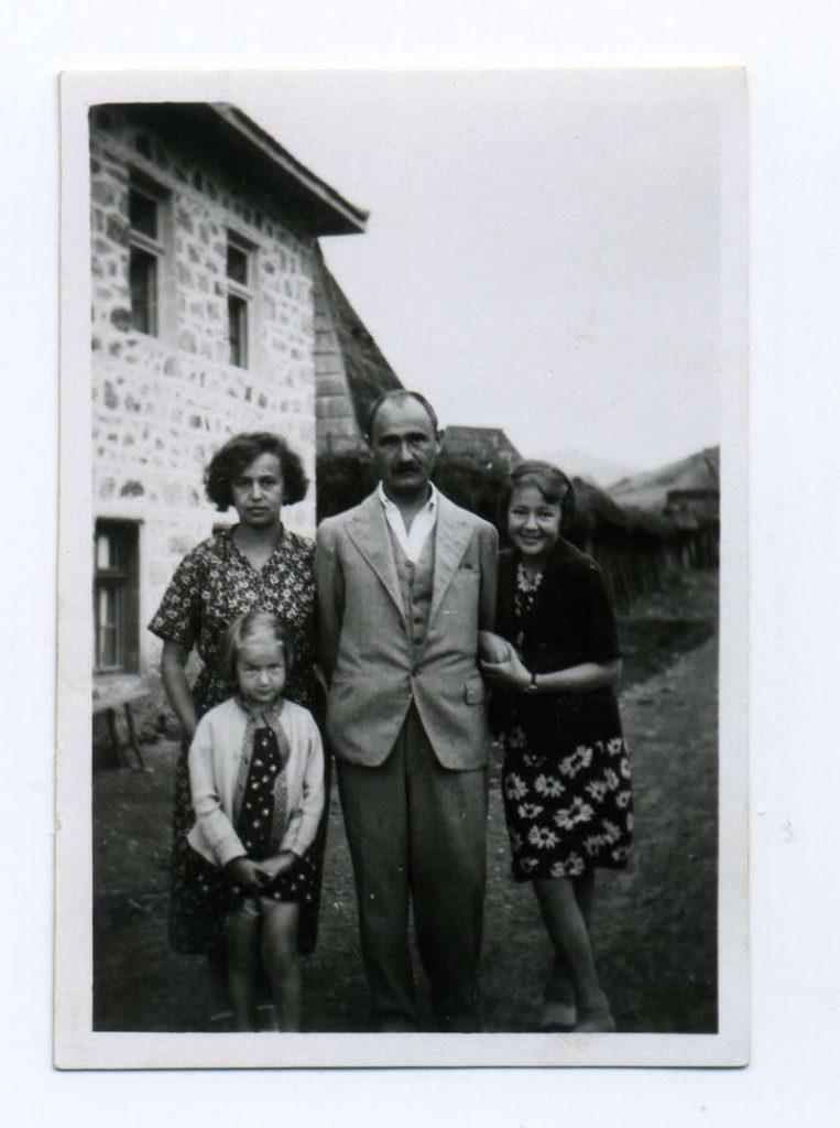 Sa suprugom Danom i ćerkama Bojkom i Dafinom, Internacija, Tutin, juli 1933.